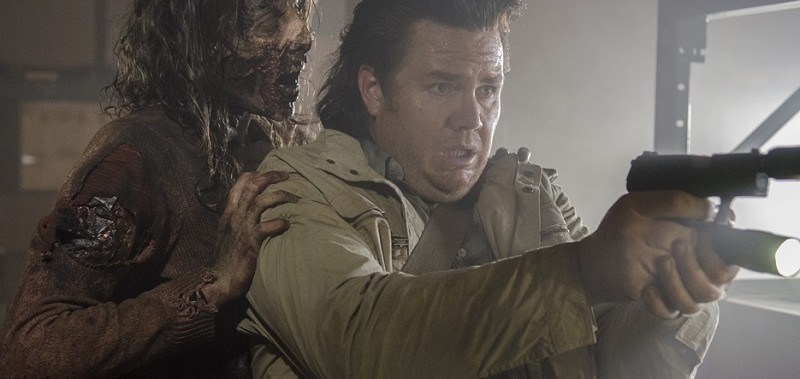 eugene-fighting-zombies-on-the-walking-dead-spend-2015-images1